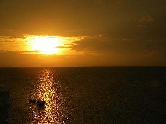 Turtle's Nest Beach Resort: Sunset