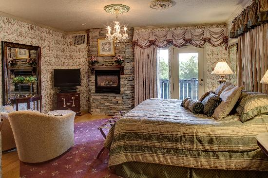Twin Pine Manor Bed & Breakfast: Valentine Suite