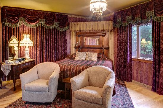 Twin Pine Manor Bed & Breakfast: Victorian Suite