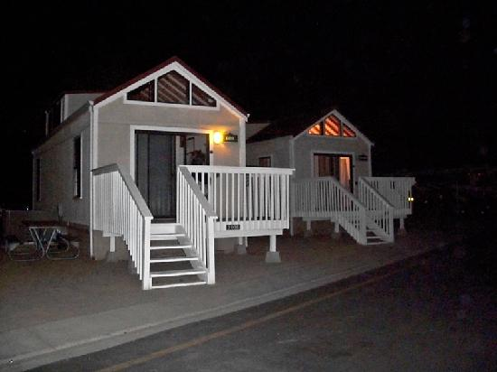 Newport Dunes Waterfront Resort: Cottage at night