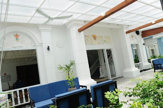 Frangipani Villa Hotel II: Exterior 2
