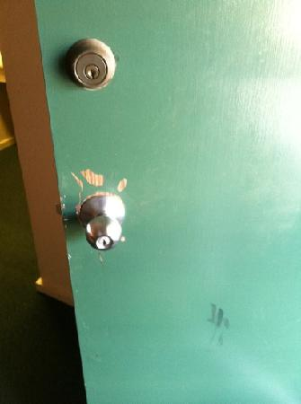 Inn at Killearn Country Club: Room door appeared to have been kicked open