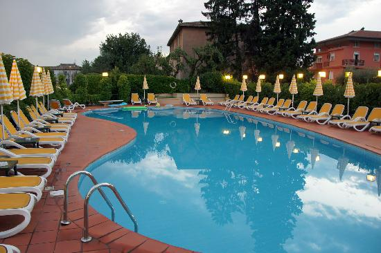Hotel Villa Mulino: pool (eve)