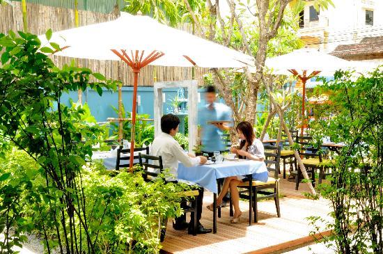 Frangipani Villa Hotel II: Restaurant and garden