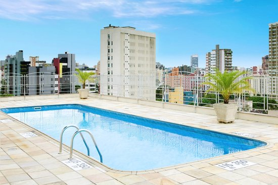Quality Hotel Curitiba: Outdoor pool with sundeck