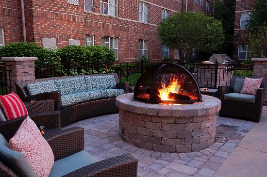 Residence Inn Cleveland Beachwood: Beautiful Fire Pit with Grill for guests to enjoy