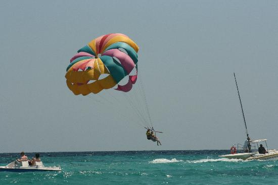 Hipotels Coma Gran Aparthotel: paragliding in Sa Coma