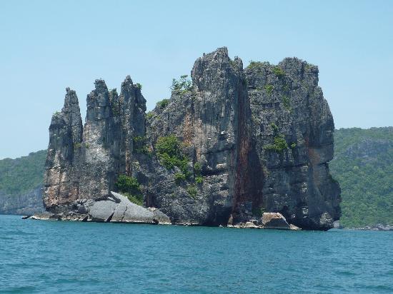 Island Cruises Sailing: awful rocks,