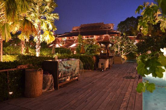 Siripanna Villa Resort & Spa: The Pool at night