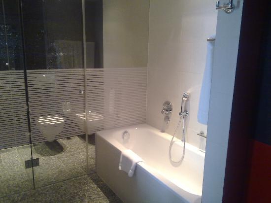 InterContinental Berlin: Room 1013 bath and toilet