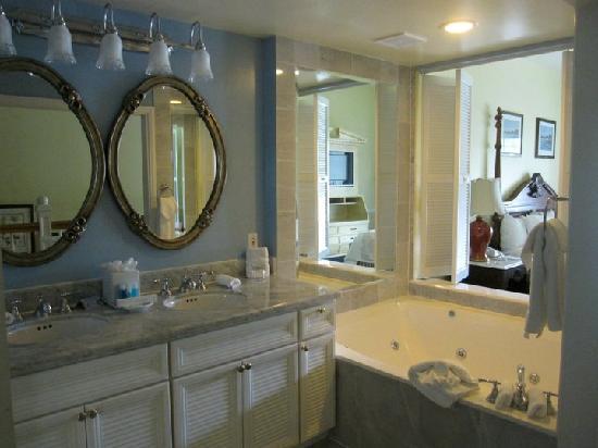 Disney's BoardWalk Inn: bathroom of the arden Suites