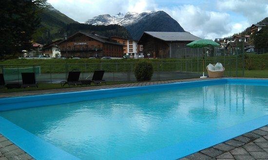 Hotel Arlberg Lech: Outdoor swimming pool at the hotel Arlberg