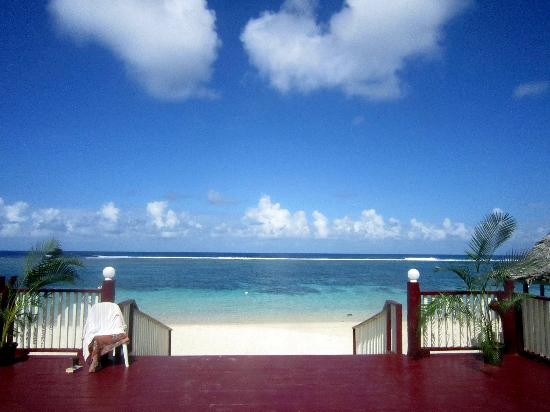 Anita's Beach Bungalows: Sitting on the deck, looking out to the beach