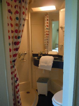 Hotel Le Blason: The boat style plastic bathroom