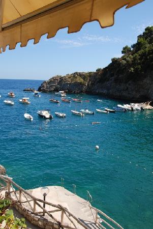 Nerano, Italia: Barche e piattaforma attracco water taxi