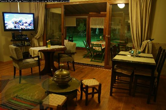 Yesil Ev Butik Kir Evi: You can eat a romantic dinner, near the fireplace