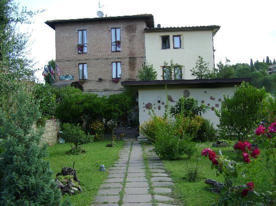 """Piccolo Hotel Chianti: Vista laterale del """"Piccolo Chianti"""""""