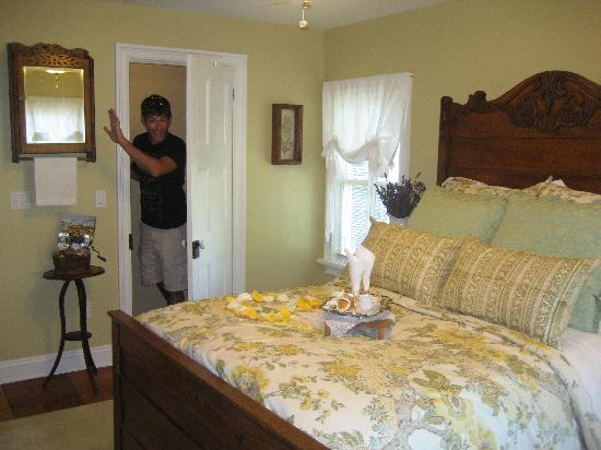 The Farmhouse Bed and Breakfast: Room with bathroom down the hall