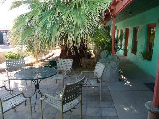 Fire Water Lodge: Relax in our courtyard