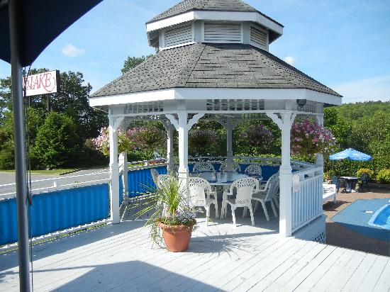 Inn on the Lake: In the gazebo (great place for breakfast)