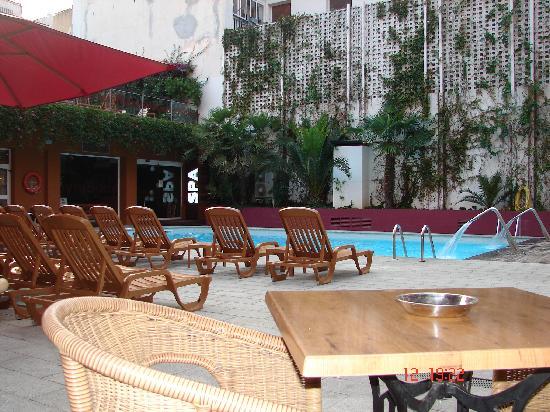 Alegria Plaza Paris: area de la piscina
