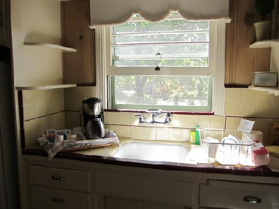Hideaway Cottages : charming cottage kitchen in morning sun