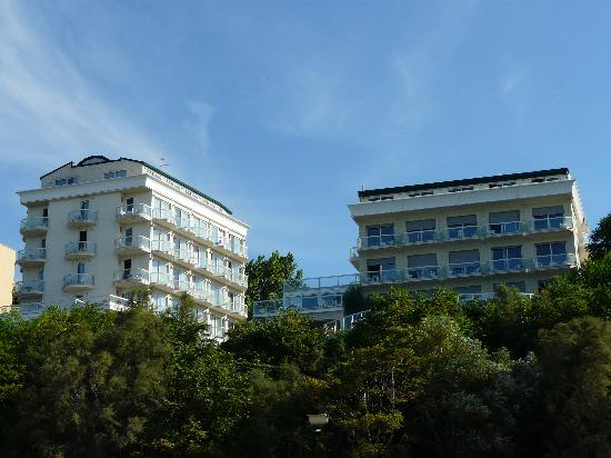Hotel Sans Souci: l'hotel visto dalla spiaggia