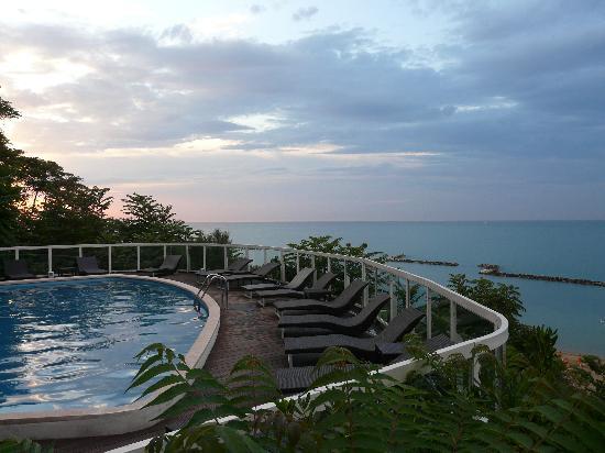 Hotel Sans Souci: la piscina sul mare