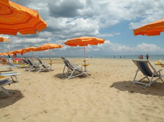 Torreserena Village: La spaziosa spiaggia