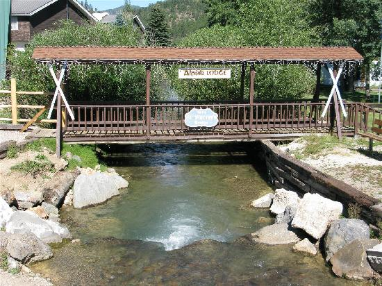 Alpine Lodge & Suites: The Alpine Bridge over the Red River