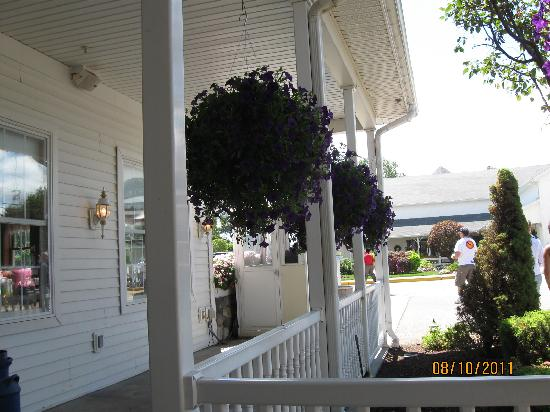 Blue Gate Restaurant and Bakery: Porch surrounding Blue Gate Restaurant