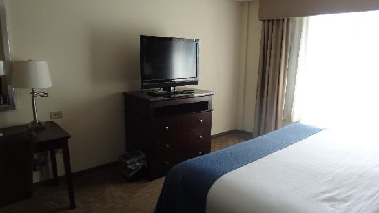 Holiday Inn - Gwinnett Center: King bedroom