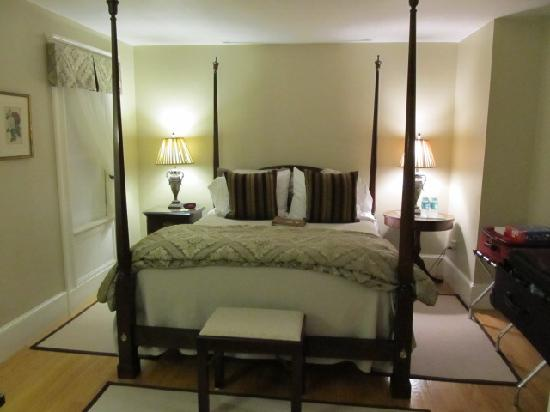 Fort Hill Bed and Breakfast: Emma Suite, bedroom