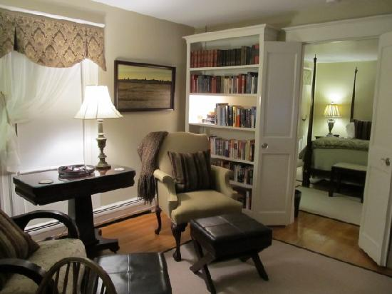 Fort Hill Bed and Breakfast: Emma Suite, library