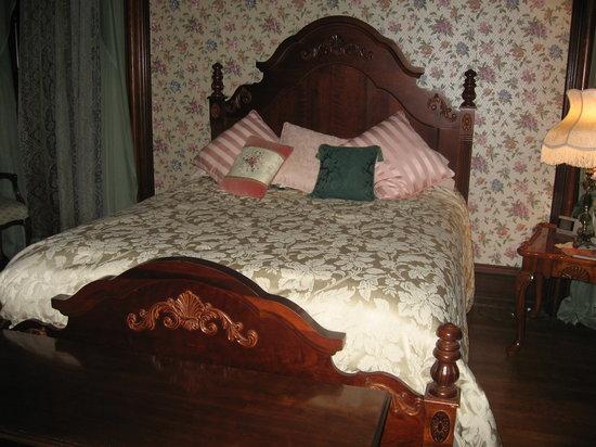 Overlook Mansion Bed & Breakfast: bed