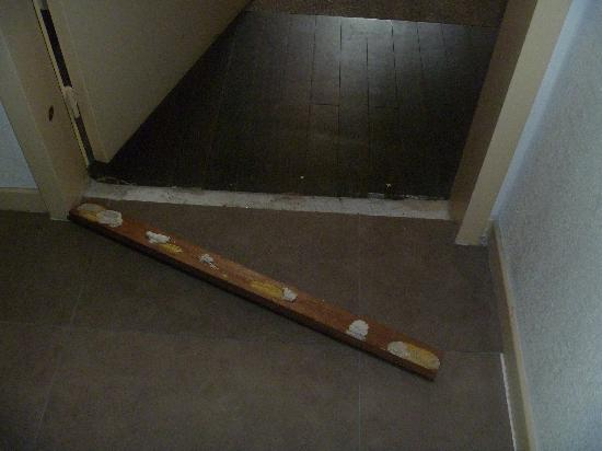 City Residence Chelles : Loose door  threshold that my son tripped over