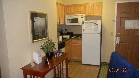هوم وود سويتس باي هيلتون ستراتفورد: kitchenette in an efficiency.  Plenty of space and all kitchen amenities provided
