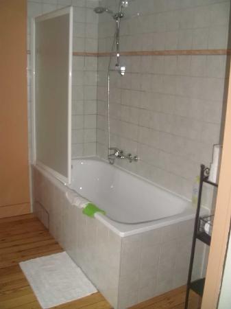 L'Auberge de Bouvignes: Salle de bains avec toilettes