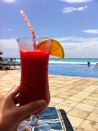 เจดับบลิวมาริออทแคนคันรีสอร์ทแอนด์สปา: infinity pool & my tropical drink!