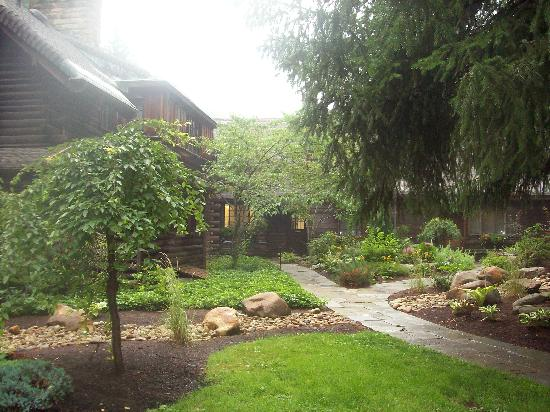 The Lodge at Glendorn: Walkway to the Big House