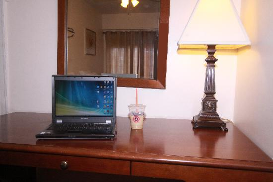 Midwood Suites: Desk