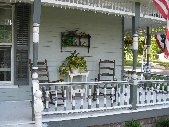 Stonewall Inn B& B: Great porches!