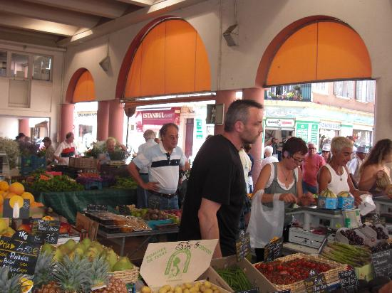 Marché Forville : Busy Bees at Marche Forville