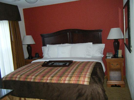 Homewood Suites by Hilton @ The Waterfront: King size bed in 1 bedroom suite