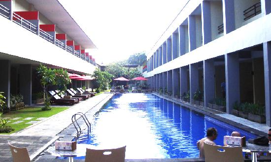 Kuta Station Hotel: long pool
