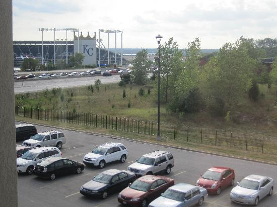 Drury Inn & Suites Kansas City Stadium: A view of Kauffman Stadium from our 4th floor room