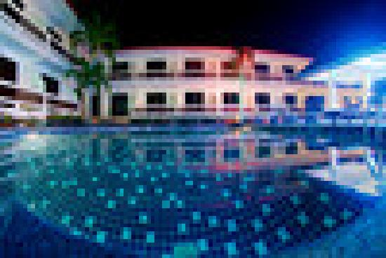 Tropical Palm Resort and Spa: Hotel at Night
