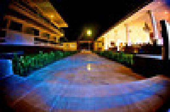 Tropical Palm Resort and Spa: Walkway at night