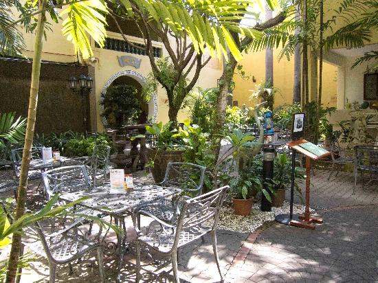Hotel Puri: Courtyard garden