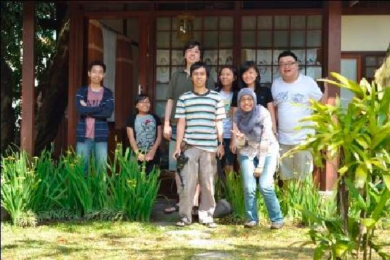 Retanata Home-Stay : posing in front of the rumah kayu